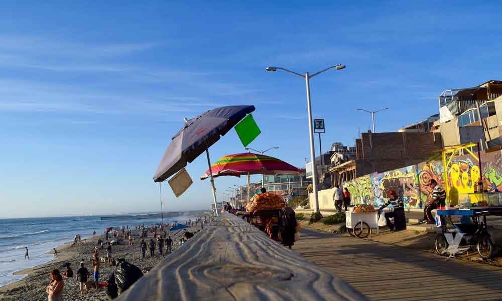 Malos olores y focos de infección por fugas de aguas negras en el malecón de Playas de Tijuana