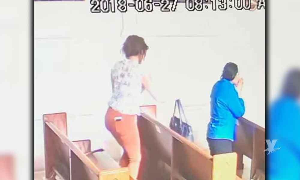 Mujer roba bolsa dentro de la iglesia en Mexicali