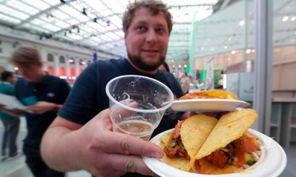 Mexicanos enseñan a hacer tacos al pastor en Rusia aprovechando la copa del mundo