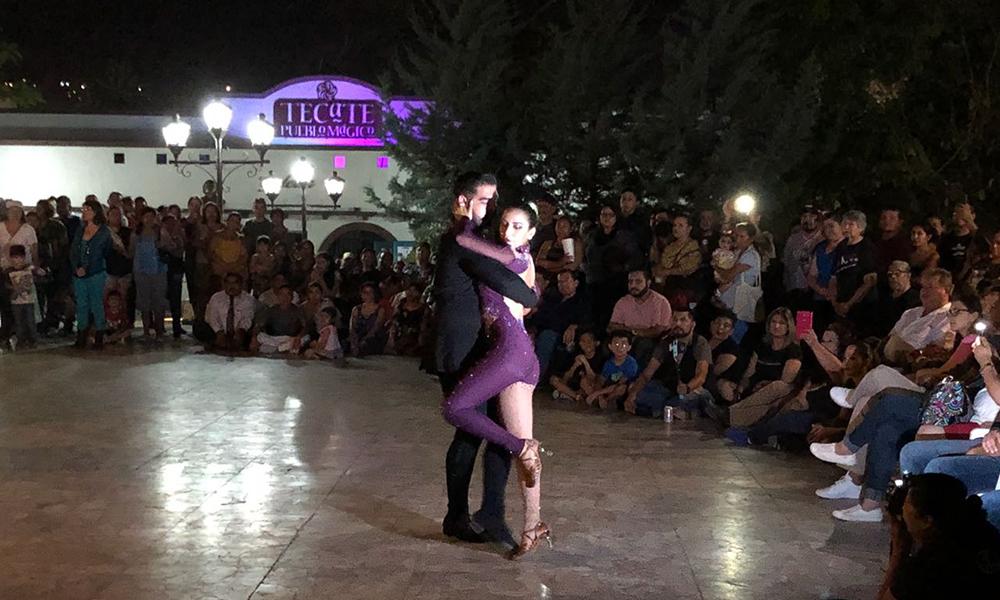 Disfrutan familias de las noches de salsa en Tecate