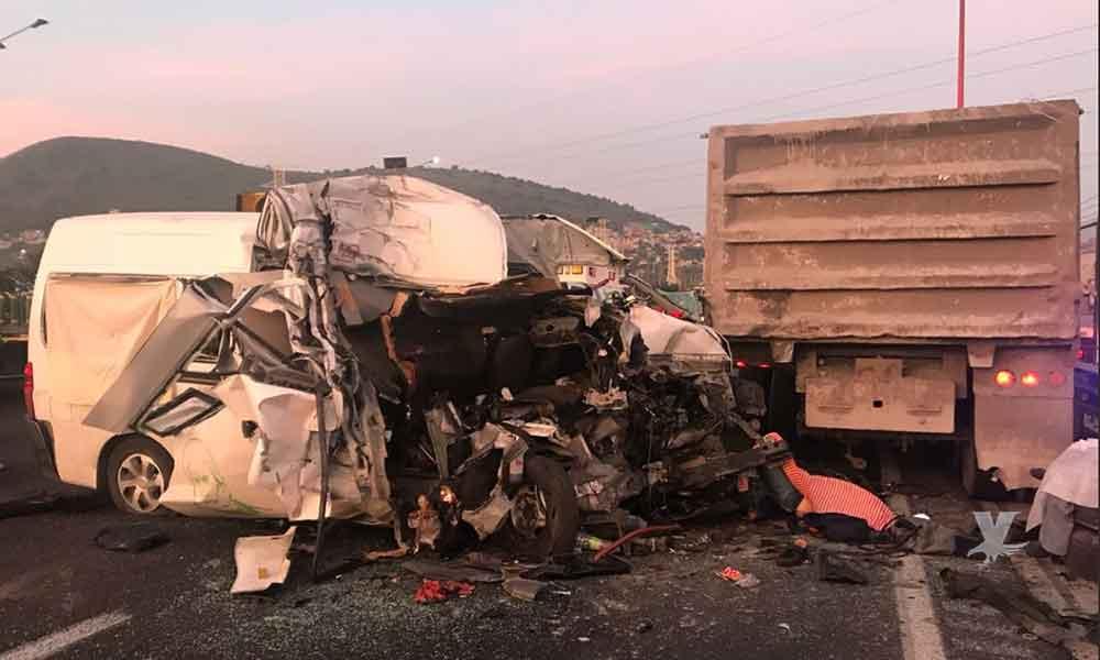 (VIDEO) Choque entre camión de transporte público y tráiler deja 12 muertos