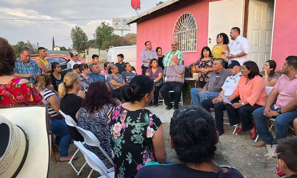 Anuncian gestión de recursos para pavimentación de la calle Coahuayana