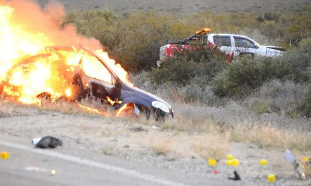 Arrojan a bebé de un auto en llamas tras aparatoso accidente