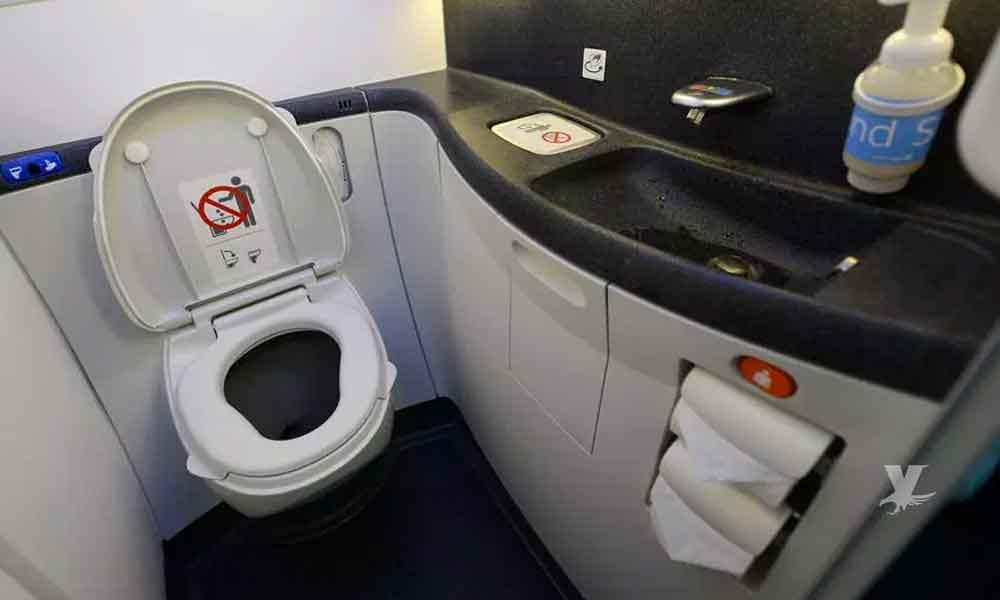Aeromoza encuentra cadáver de un bebé recién nacido en el baño del avión