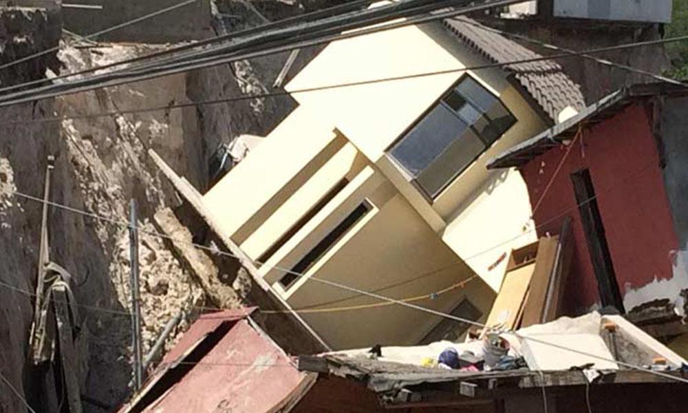 Deslizamiento por falla geológica provoca el colapso de casas  en Tijuana