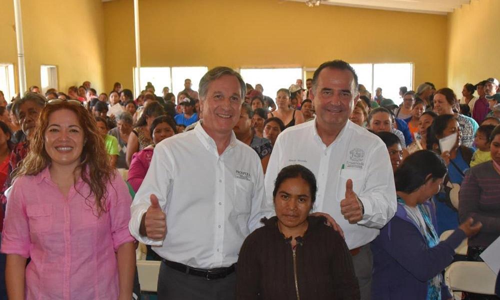Participa Alcalde de Ensenada en entrega de apoyos Prospera en Ojos Negros