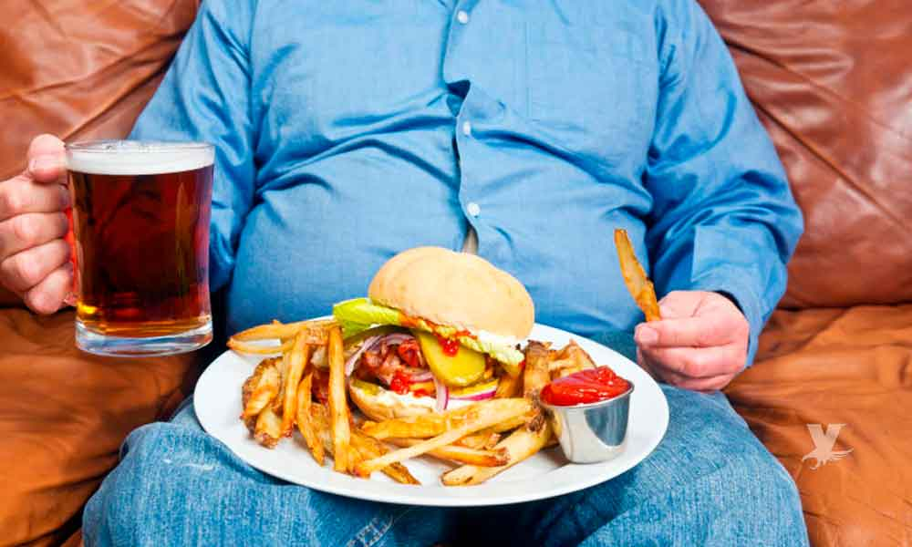 Cinco hábitos alimenticios que te hacen subir de peso al comer en la casa