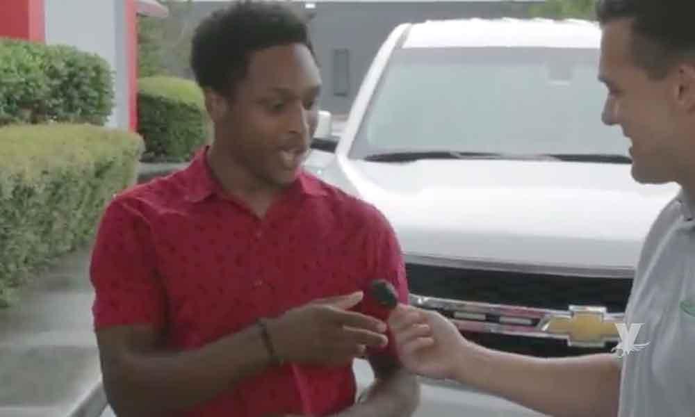 """(VIDEO) Empleado se gana un automóvil en su primer día de trabajo gracias a su """"dedicación"""""""