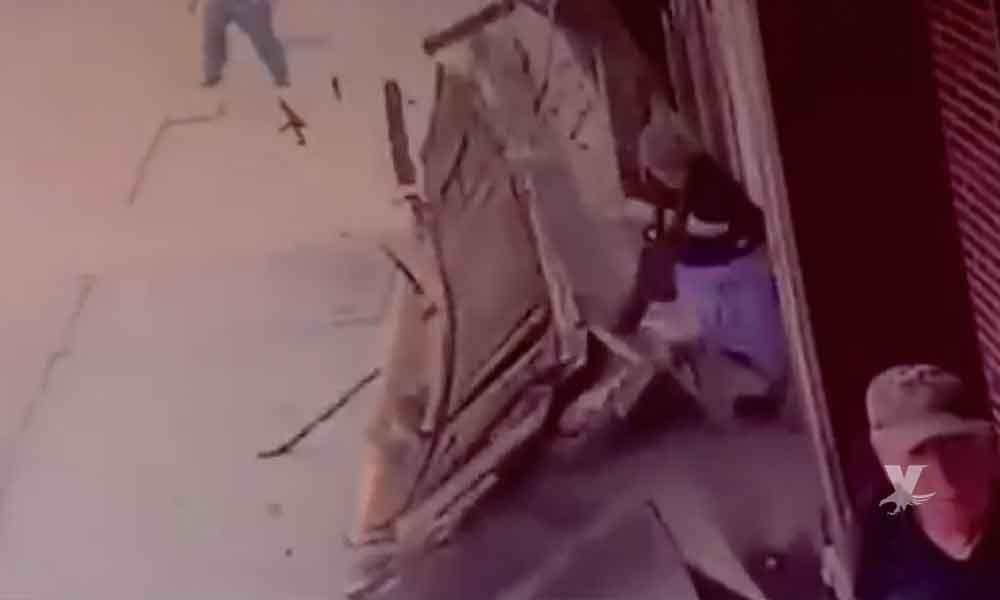 (VIDEO) Trabajadores dejaron caer cartel metálico sobre dos mujeres