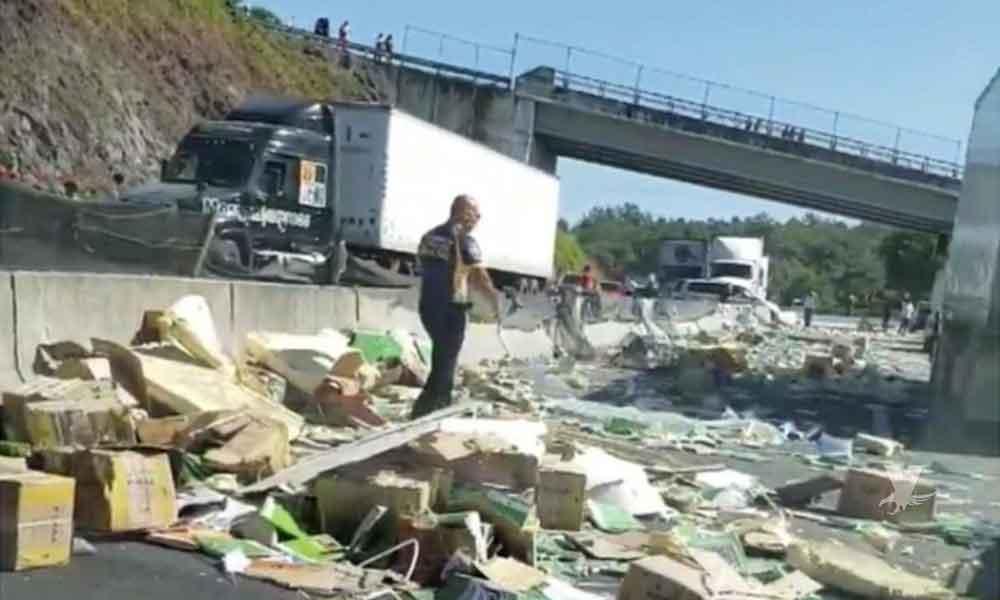 """Primer caso sin """"rapiña"""" en un accidente: Tráiler cargado de libros se vuelca en carretera de México"""