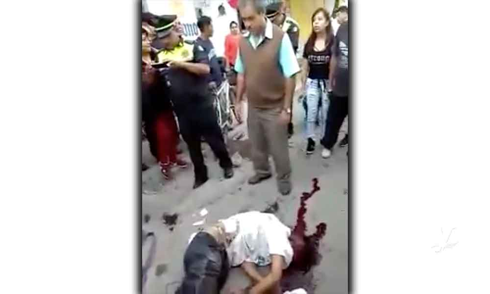 (VIDEO) Usuarios del transporte público linchan a supuesto asaltante hasta dejarlo inconsciente en Estado de México