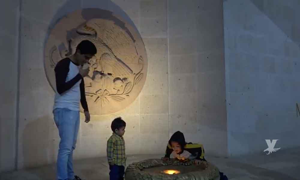 (VIDEO) Niño apaga llama representativa de Guanajuato y los padres no hacen nada por detenerlo