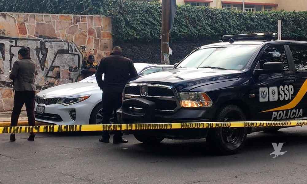 Productor de Televisa encontrado muerto dentro de su auto y con pistola en mano