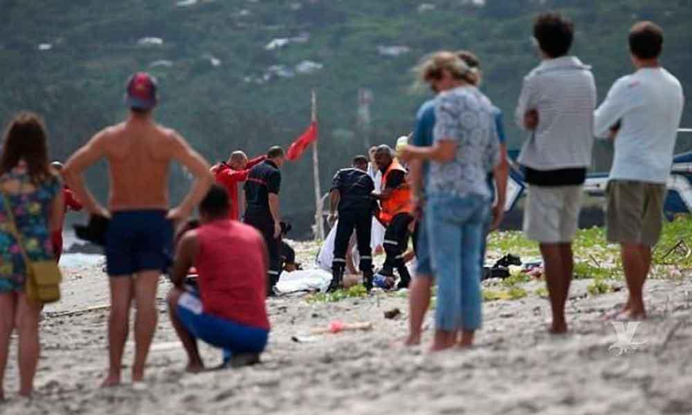 Turista es atravesada por una sombrilla de playa mientras tomaba el sol