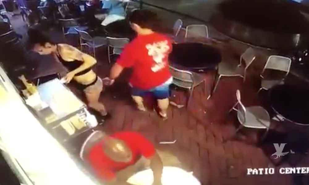 """(VIDEO) Mesera golpea a cliente que la """"manoseó"""" mientras trabajaba"""