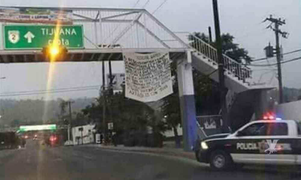 """Colocan """"narcomanta"""" contra Policías Ministeriales sobre puente de la """"Gasera Z"""" en Tecate"""