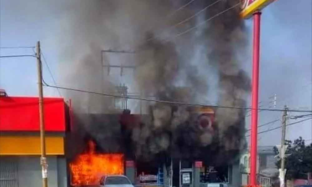 Roban y prenden fuego a sucursal de OXXO en Tijuana
