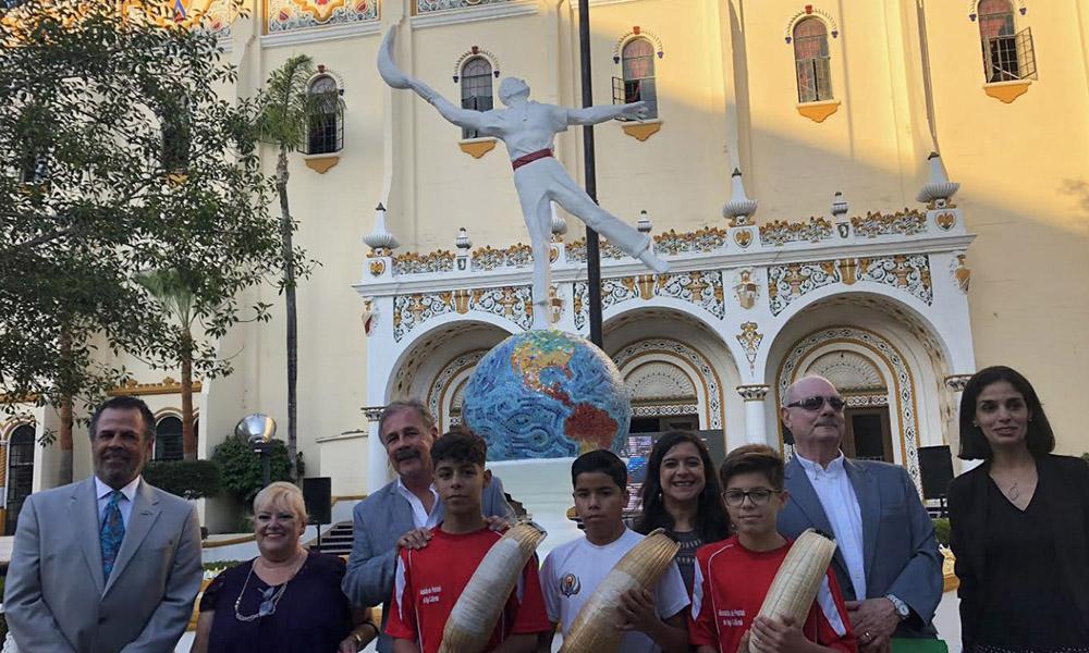 Participan en la presentación de la nueva imagen del monumento al pelotari en Tijuana
