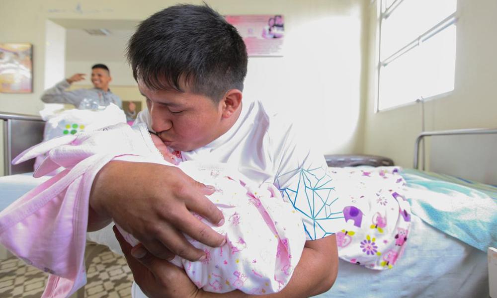 Proponen que los nuevos padres tengan licencia de paternidad por 8 semanas con goce de sueldo