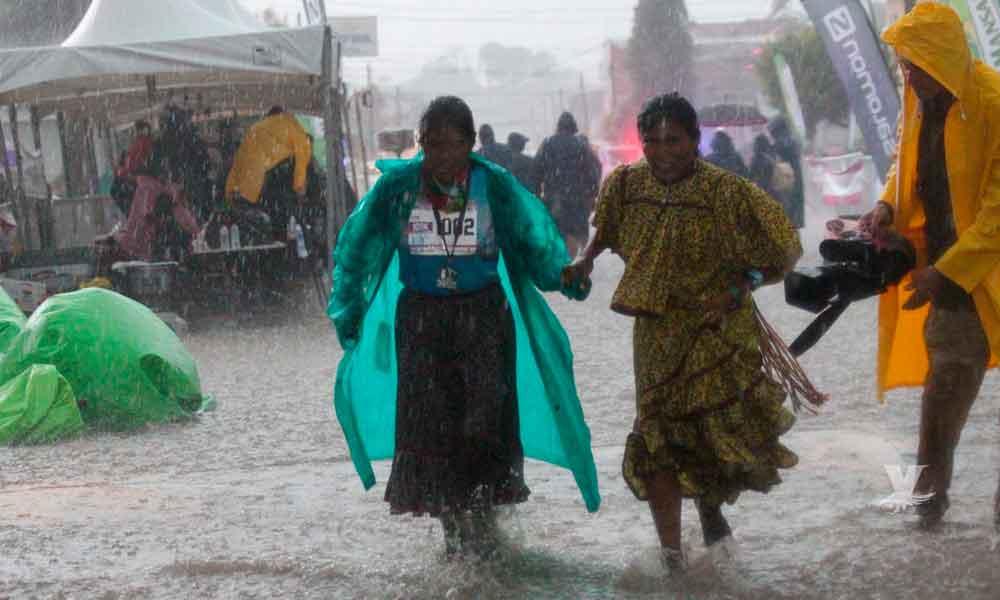 Fuertes lluvias tampoco pudieron con la rarámuri Lorena, terminó segunda en el ultramaratón