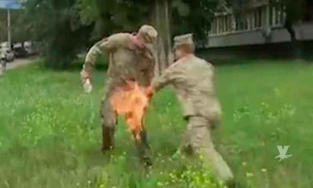 (VIDEO) Soldado se prende fuego como protesta, le faltaban unos días para jubilarse y fue despedido