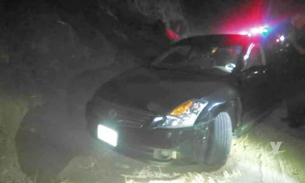 Hombres detienen un auto en camino de terracería para ejecutar al conductor en Tecate