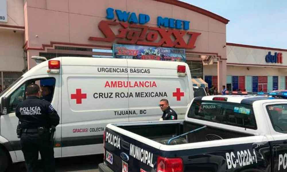 Un hombre muerto y una mujer lesionada es el saldo de un ataque armado en el interior del Swap Meet Siglo XXI