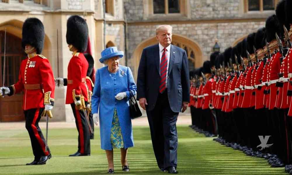 (VIDEO) Donald Trump vuelve a faltar al respeto a una autoridad, camina frente a la Reina Elizabeth II sin importar su edad