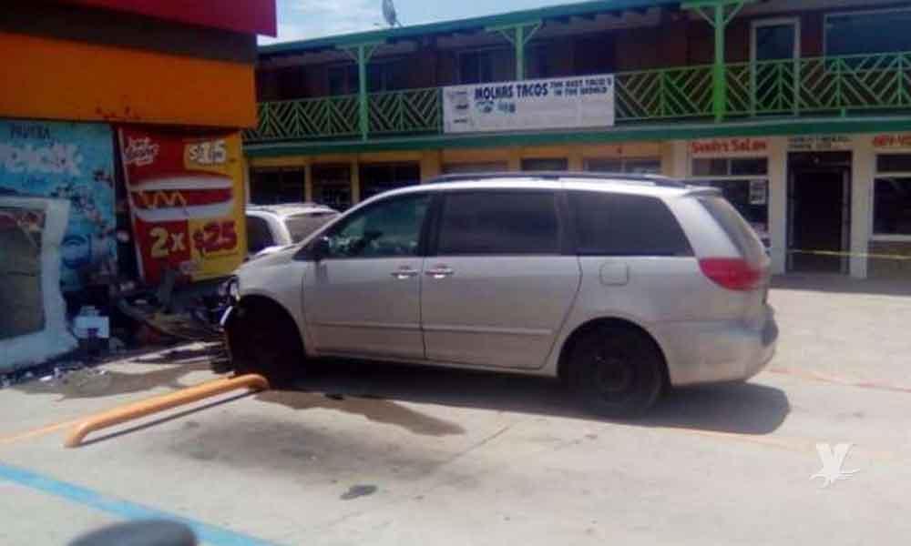 Mujer mata a un hombre al estrellarse contra tienda en Rosarito