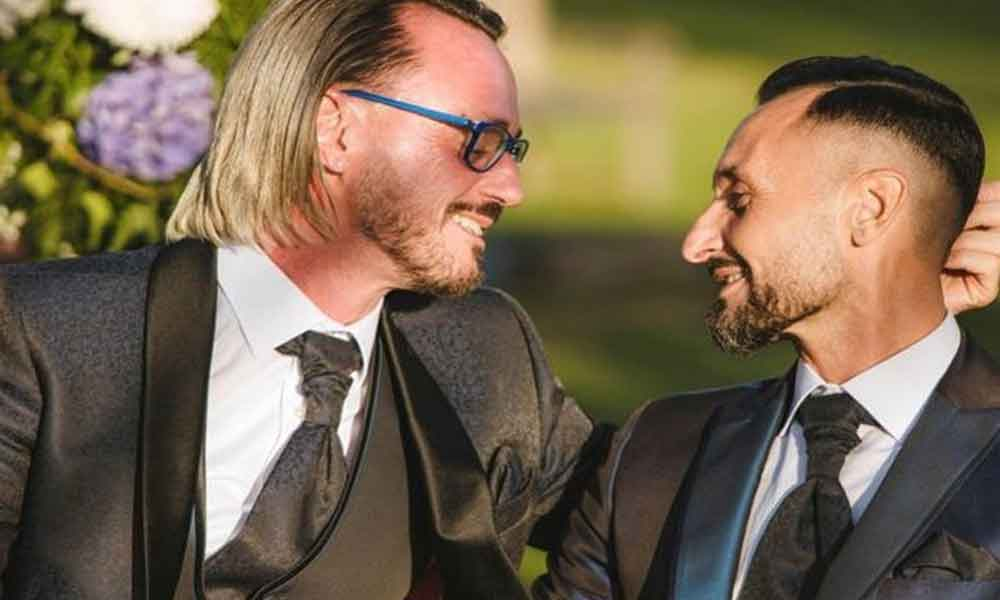Sacerdote renuncia a los hábitos para casarse con su novio