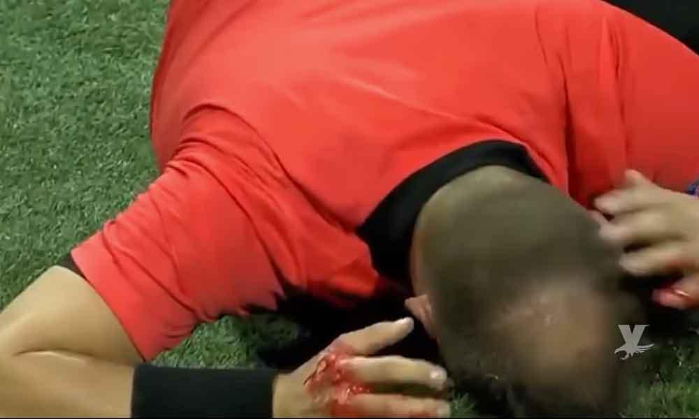 (VIDEO) Árbitro recibe botellazo en la cabeza durante partido