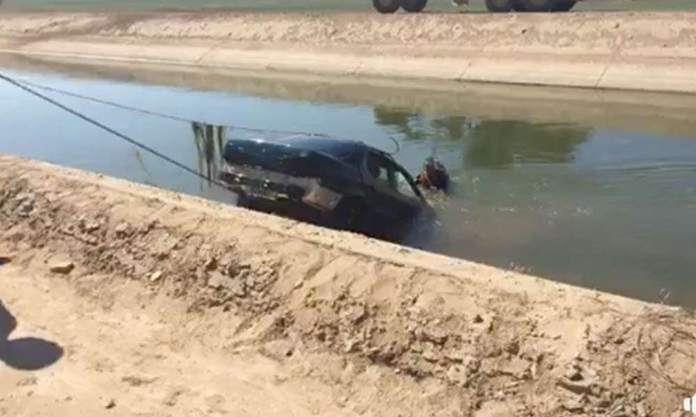 Buscan a joven que se quedó sumergido tras caer su auto a un canal en el valle de Mexicali