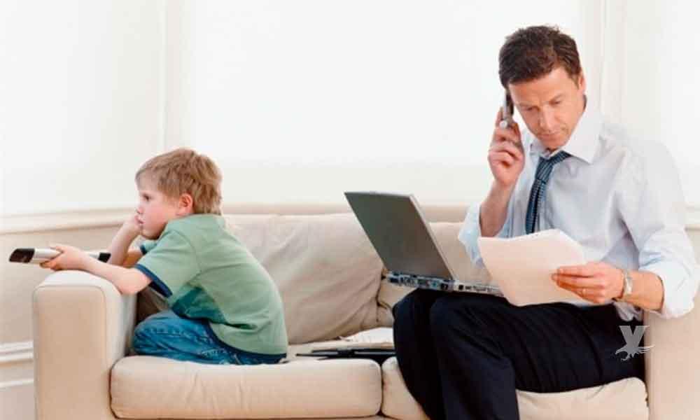 Papás que pasan mucho tiempo en el celular afectan la conducta de sus hijos