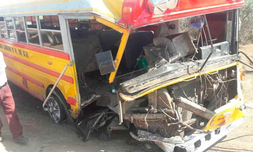 Chofer de camión jugaba carreras con otro en Mexicali y chocó de frente contra camioneta, 6 lesionados de gravedad