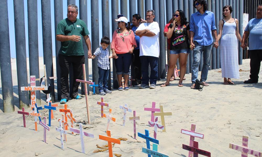 Colocan cruces en memoria de los migrantes que han muerto en su intento de llegar a Estados Unidos