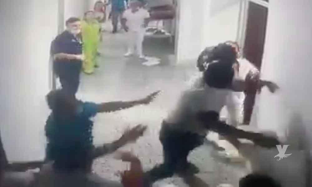 (VIDEO) Marido golpea a doctores y enfermeras por tardarse al atender a su esposa