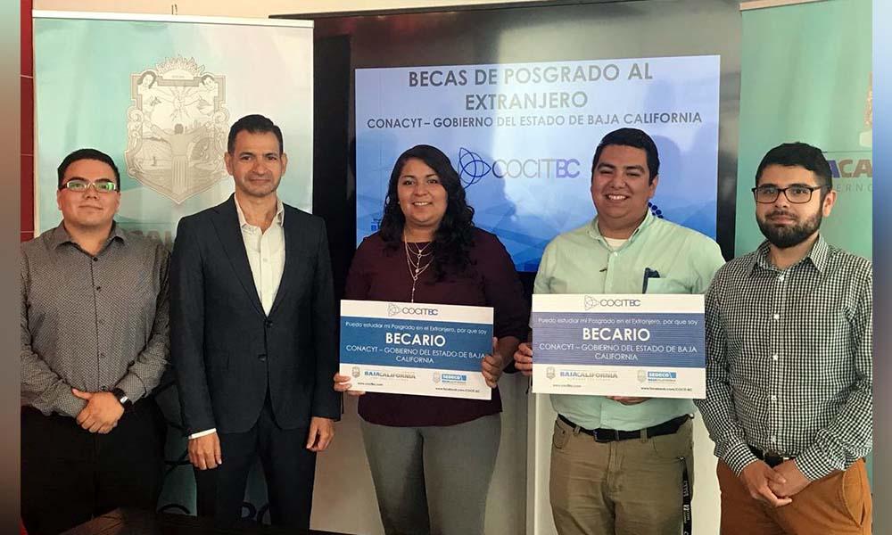 Entregan becas CONACYT para postgrado en el extranjero en Baja California