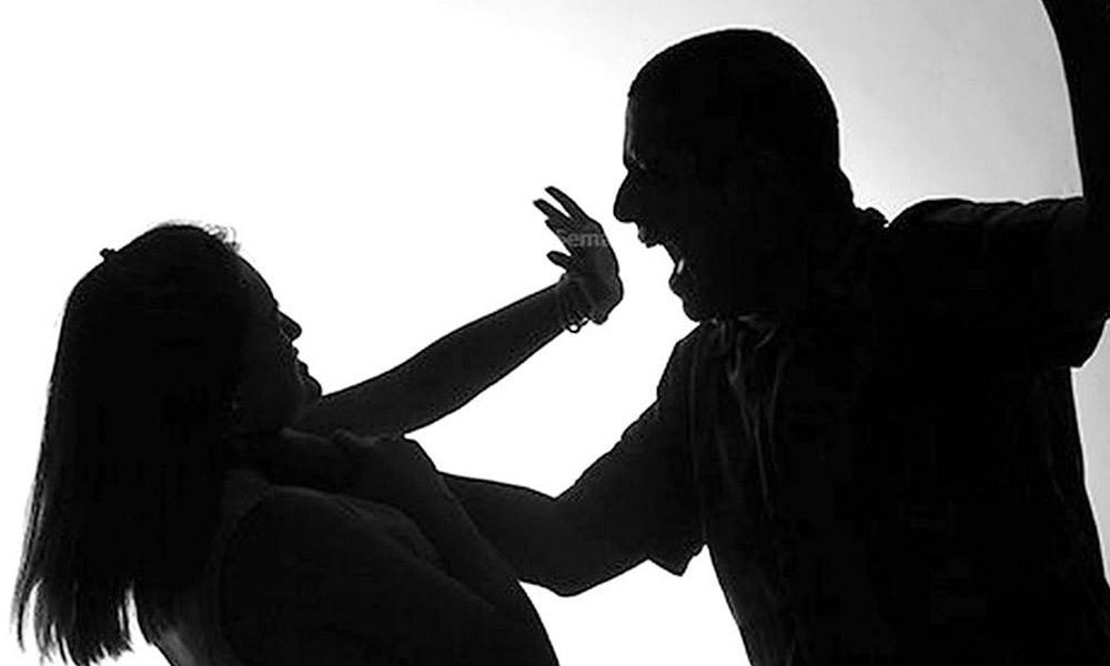 Hombre golpea e intenta ahorcar a su esposa por bloquearlo del Facebook