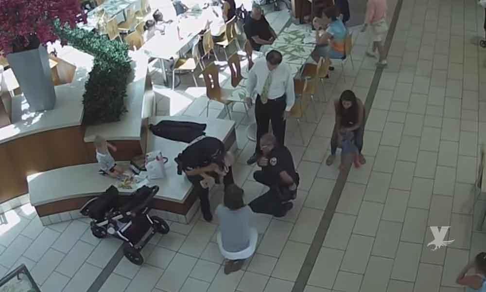 (VIDEO) Policías salvan a bebé que se asfixiaba con un nugget de pollo