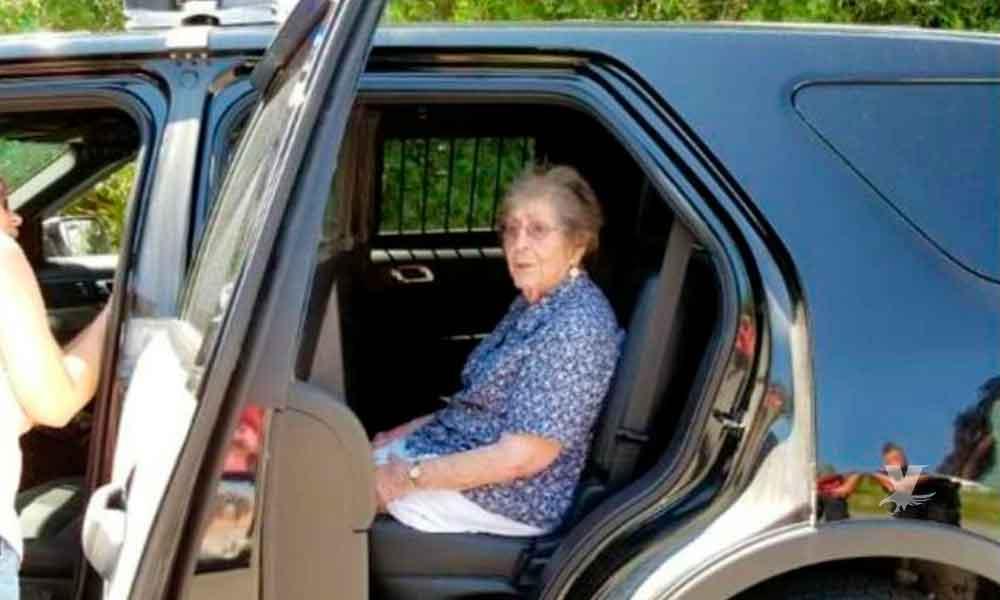Abuelita cumple 93 años, es detenida y subida a una patrulla por primera vez como parte de su deseo