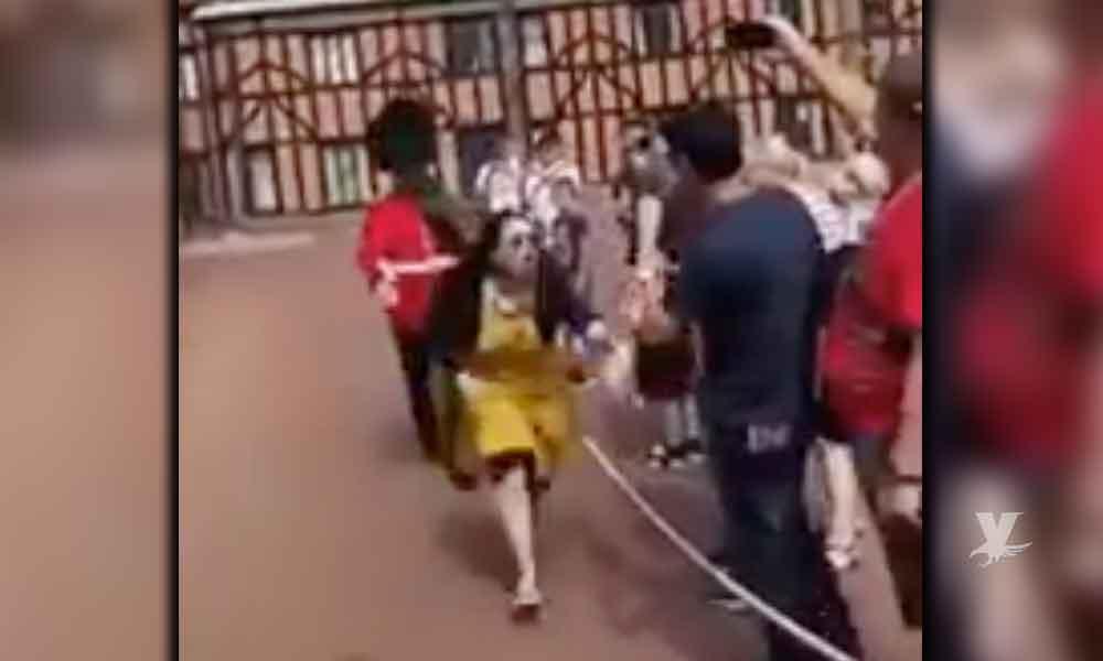 (VIDEO) Guardian de la Reina empuja a visitante que traspasa los límites