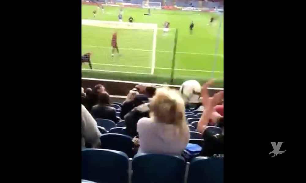 (VIDEO) Equipo de futbol publica en sus redes el momento en que una aficionada recibe un balonazo en la cabeza y se vuelve viral