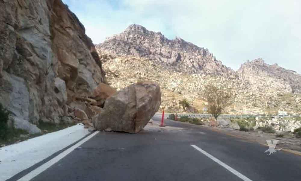 Se desprenden rocas gigantes y caen sobre la carretera de La Rumorosa