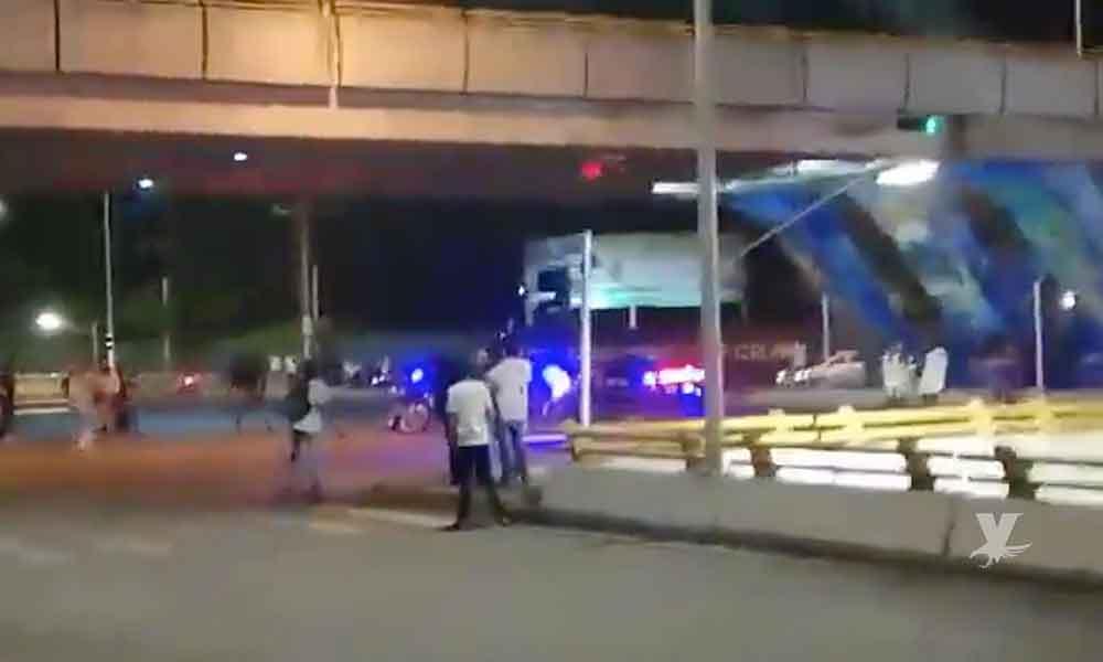 (VIDEO) Policías Municipales disparan sus armas para evitar pelea entre porras en estadio de Celaya