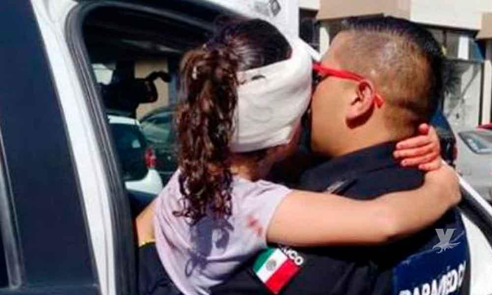 Policía Comercial auxilia a menor que calló de unas escaleras en una plaza de Tijuana