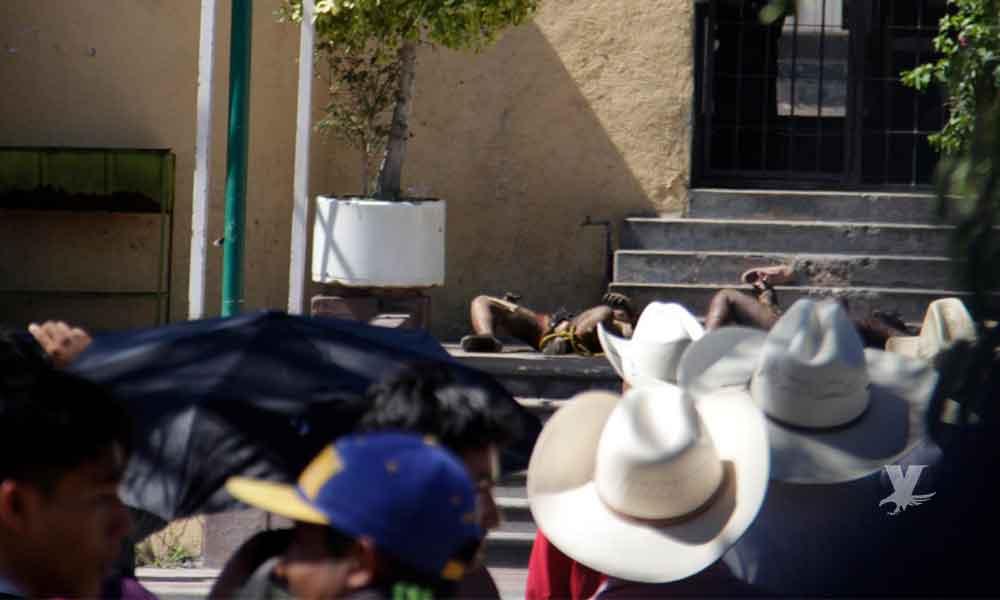"""(VIDEO) Entre aplausos, habitantes queman vivos a dos presuntos """"robachicos"""" en Puebla"""