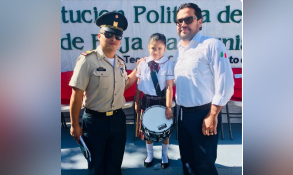 Reconocen a la pequeña Edlin Rivera primer alumna de preescolar de la Banda de Guerra de Tecate
