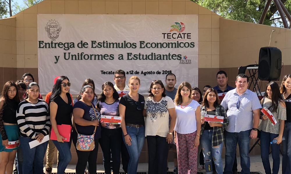 Reconocen y becan a estudiantes de Preparatoria y Universidad en Tecate