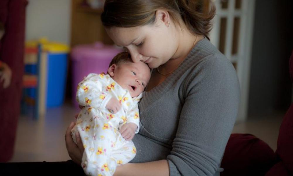Se solicitan personas para abrazar a bebés de madres adictas