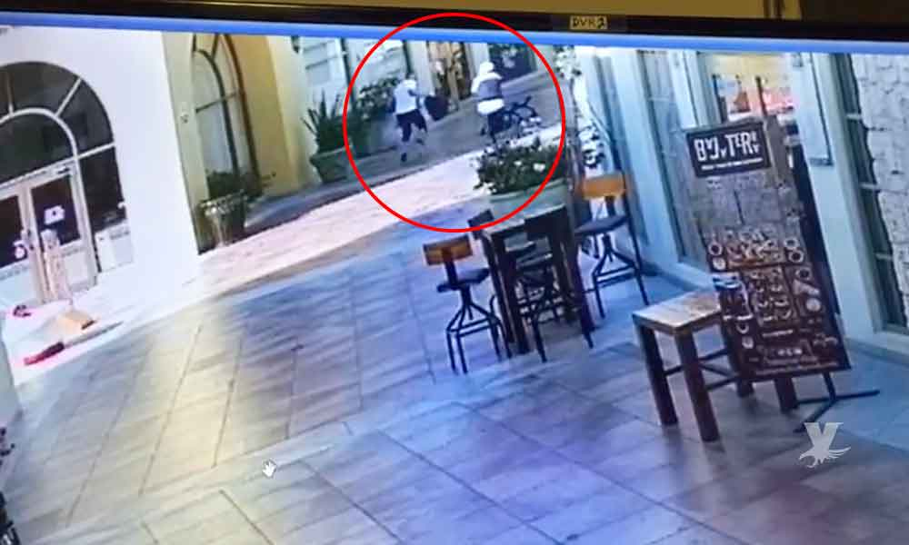 """(VIDEO) Revelan el momento en que sicario le quita la vida a un hombre en """"Plaza Galerías"""" de Tijuana"""
